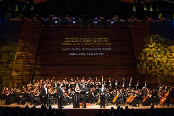 29일 강원도 평창에서 열린 오페라 '세 개의 오렌지에 대한 사랑' 한국 초연 무대. 무대 장치가 없는 콘서트 형식으로 열렸다. [사진 평창대관령음악제]