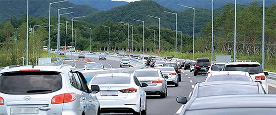 지난 29일 동해안을 찾는 피서객이 동서고속도로로 한꺼번에 몰리면서 강원도 홍천군 내촌~서석터널 구간에서 정체 현상이 이어졌다. [박진호 기자]