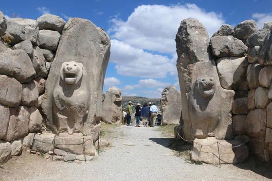 히타이트의 수도 하투샤에는 1만여 명이 거주했다. 하투샤 출입문 중 하나인 '사자의 문'. 왼쪽 사자상은 원형이 손상돼 새로 복원한 것이다. 사자는 왕의 권위를 상징한다. 이집트 문화의 영향을 받았다.