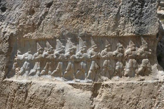 '신들의 계곡'으로 불리는 야즐르카야 암벽에 조각된 '12명의 지하세계 신'.