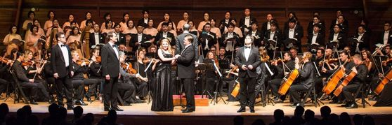 지난달 29일 강원도 평창에서 열린 오페라 '세 개의 오렌지에 대한 사랑' 한국 초연 무대. 무대 장치가 없는 콘서트 형식으로 열렸다. [사진 평창대관령음악제]