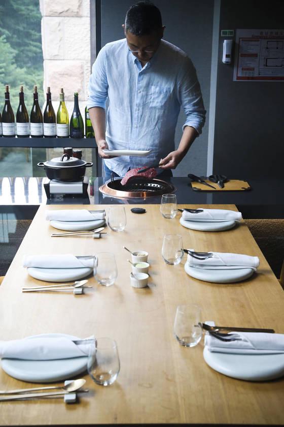 수린에서는 한우 각 부위를 코스로 즐길 수 있다. 고기를 구울 수 있는 전용 테이블이 따로 있다. [김경록 기자]