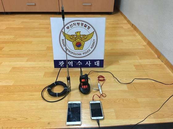 시신 장사를 해온 임씨 일당이 불법도청을 위해 사용한 무전기와 스마트폰. [사진 부산경찰청]