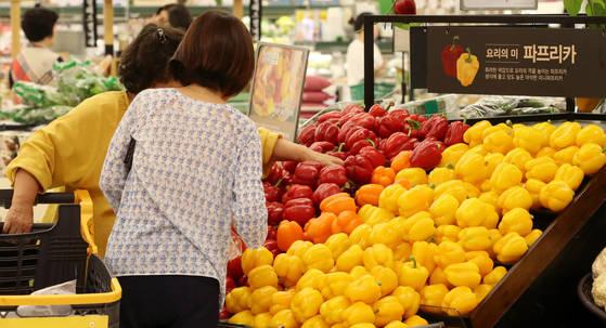 장마·폭염의 영향으로 신선채소·과실 물가가 높은 상승세를 보이는 등 7월 소비자물가 지수가 전년 동기 대비 2.2% 상승했다. 이는 지난달 소비자물가 지수 상승률인 1.9%보다도 높은 수치다. [연합뉴스]