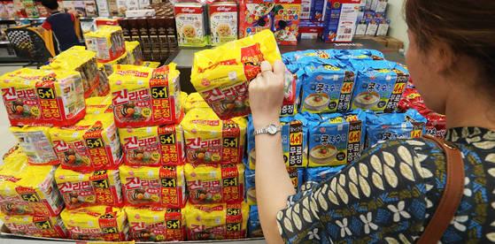 30일 오후 서울의 한 대형마트에서 시민이 오뚜기의 라면 제품을 살펴보고 있다. [연합뉴스]