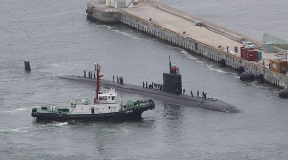 美 핵 잠수함 샤이엔 부산 입항 미국 로스앤젤레스급 핵추진 잠수함인 샤이엔(Cheyenne SSN 773)이 6월 6일 오전 해군작전사령부 부산기지에 입항하고 있다. [중앙포토]