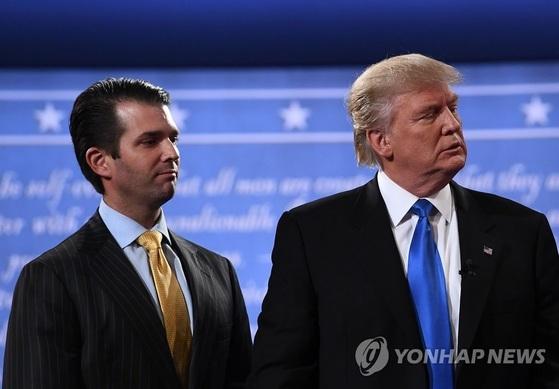 나란히 서 있는 도널드 트럼프 대통령(오른쪽)과 트럼프 주니어. [AFP=연합뉴스]