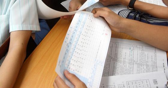 기말고사 성적표를 받은 중학교 학생들. 박종근 기자