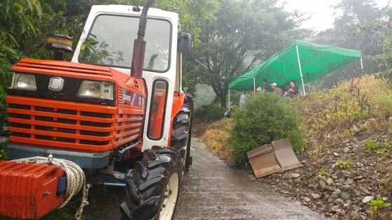 충북 제천시 봉양읍 학산리 묘재마을 주민들이 지난달 28일 트랙터를 도원해 누드펜션 입구를 막았다. [사진 독자제공]