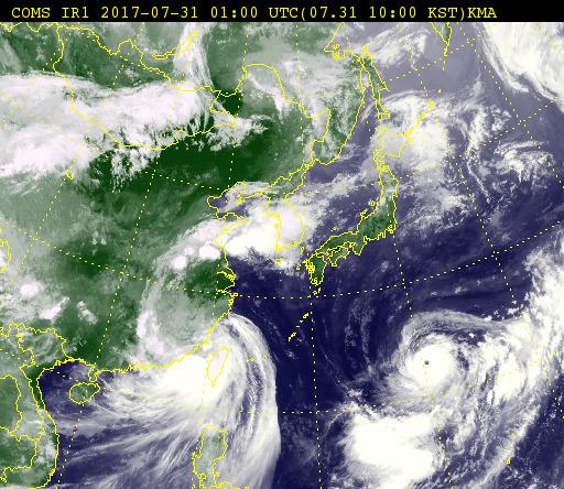 지난달 31일 오전 10시 현재 천리안 기상위성 사진. 왼쪽의 제9호 태풍 네삿은 열대저압부로 약화됐지만, 제10호 태풍 하이탕은 대만 부근에서 아직 세력을 유지하고 있다.오른쪽 아래에는 제5호 태풍 노루(NORU)가 일본 열도를 향해 북서진하고 있다. [사진 기상청]