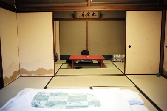 """교토 여인숙 안. 옛 일본 가정집의 모습 그대로다. 신씨는 """"한쪽 옆에 새로 단 에어컨이 있었는데 오래된 방의 모습을 해칠까봐 낡은 나무 덮개를 만들어 씌워 놓은 모습이 참 보기 좋았다""""고 했다."""