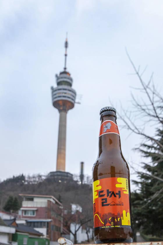 최근 인기를 끌고 있는 지역 맥주는 개성 있는 맛과 향이 특징이다. 대구 이월드의 노을 지는 풍경을 라벨에 그려넣은 달서맥주. [사진 세븐브로이]