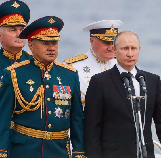 블라디미르 푸틴 러시아 대통령(오른쪽)이 지난달 30일(현지시간) 러시아 상트페테르부르크에서 실시된해군 군사 퍼레이드에 참석했다. 이날 퍼레이드엔 40여 척의 함정과 잠수함이 참가했다. [타스=연합뉴스]