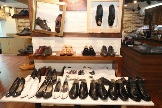 유홍식 명장과 전태수 장인은 대통령 부부를 위해 제작해준 것과 똑같은 신발들을 한 켤레씩 더 제작해 소장하고 있다. 김춘식 기자
