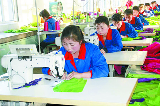 북한 근로자들이 나선경제특구 내 선봉피복공장에서 수출 의류를 만들고 있다. 중국·러시아 투자가 늘면서 임가공 사업이 활기를 띠고 있다. [중앙포토]