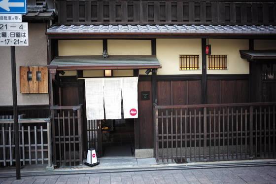 2017년 7월 일본 교토에 가서 찍은 카메라 브랜드 '라이카' 매장. 오래된 일본 가옥을 개조해 만들었다. 바로 앞에는 비슷한 느낌의 에르메스 매장이 마주 보고 있다.