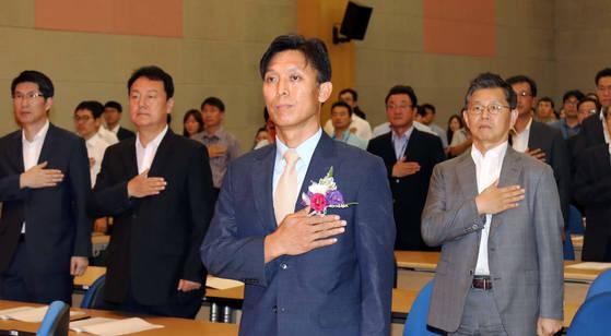 김영문 관세청장(가운데)이 31일 오후 정부대전청사에서 열린 취임식에서 국기에 대한 경례를 하고 있다. [연합뉴스]