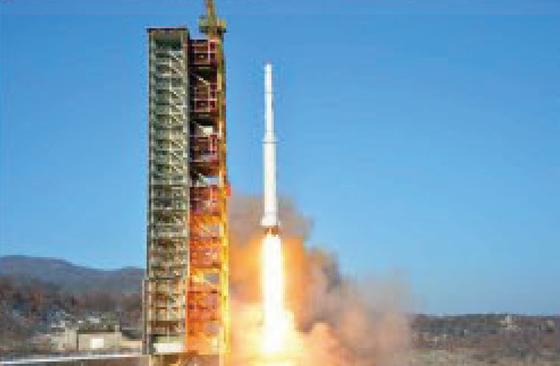 북한이 지난해 2월 7일 평안북도 철산군 동창리 발사장에서 장거리 로켓(미사일) 광명성을 발사하고 있다. [사진 노동신문]