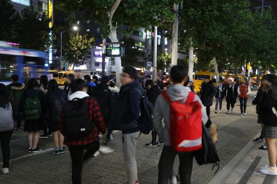 서울 대치동 학원가 수업이 끝나는 밤 10시 전후 풍경. 귀가하는 학생들. [중앙포토]