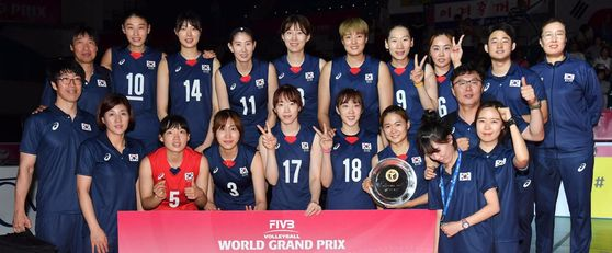 국제배구연맹(FIVB) 그랑프리 세계대회 2그룹에서 준우승한 한국 여자배구 대표팀이 트로피를 들고 기념촬영을 하고 있다. [FIVB 제공=연합뉴스]