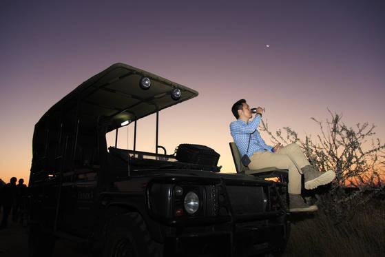 100번이 넘는 자동차 관련 여행 중 '인생 여행'으로 꼽는 남아프리카 나미비아 여행. 차를 타고 달리다 서서 석양을 바라보며 들이키는 맥주 한 잔의 맛이 일품이었다고.