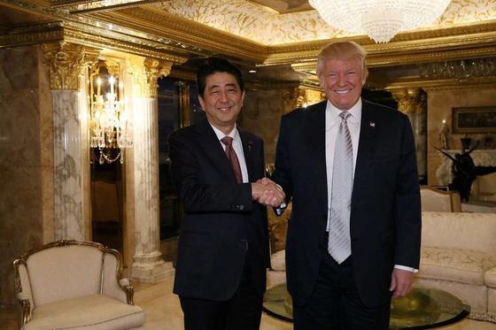 트럼프 대통령 당선직후인 지난해 12월 미국에서 만난 일본 아베 총리와 트럼프 대통령의 모습[중앙포토]