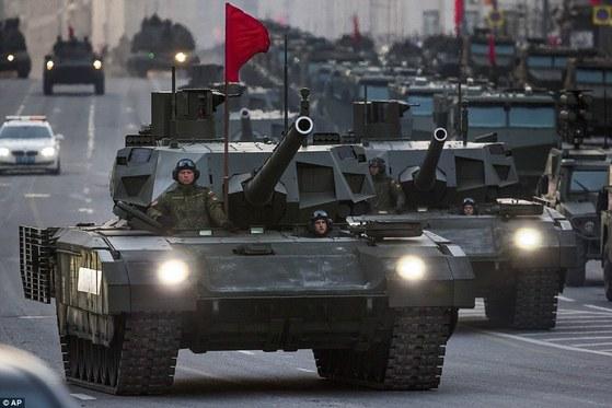 지난 2015년 제2차 세계대전 승전기념일에 모습을 드러낸 러시아군의 차세대 전차 T-14 아르마타. [모스크바 AP=연합뉴스]