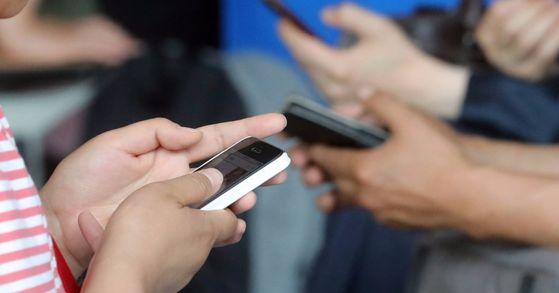 연세대 바른ICT연구소 분석에 따르면 미혼자의 스마트폰 사용시간이 기혼자보다 하루 평균 1시간 이상 긴 것으로 조사됐다. [중앙포토]