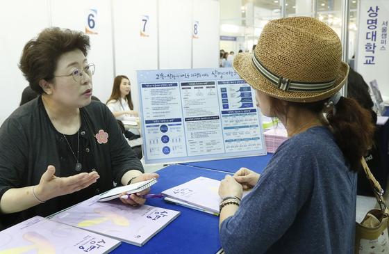 [사진1] 학부모와 상담중인 김종희 행정대외부총장(왼쪽)
