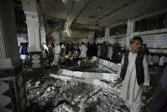 1일 밤(현지시간) 아프가니스탄 북서부 도시 헤라트에 있는 시아파 모스크(이슬람 사원)에서 자살폭탄 테러가 발생해 최소 30명이 숨지고 60여명이 다쳤다. [EPA=연합뉴스]