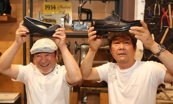 문재인 대통령의 구두를 제작한 유홍식 장인(오른쪽)과 김정숙 여사의 버선코 구두를 만든 전태수 장인이 대통령 부부에게 만들어준 것과 같은 신발을 들고있다. [김춘식 기자]