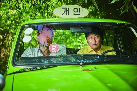 '택시운전사'는 광주민주화운동을 서울의 택시운전사와 독일 기자라는, 제3자의 시선으로 보여준다는 점에서 같은 소재를 다룬 기존 영화들과 차별화했다.