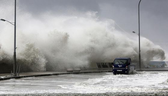 지난해 10월 부산 해운대 등에 막대한 피해를 낸 태풍 차바. 북상 중인 제5호 태풍 '노루'가 태풍 차바와 비슷한 경로로 대한해협을 통과할 가능성이 제시됐다. [중앙포토]