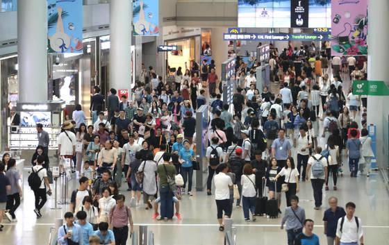 여행객 가득한 인천공항 면세구역  (영종도=연합뉴스) 하사헌 기자 = 28일 오전 인천공항 출국장 면세구역이 휴가철 해외여행객들로 붐비고 있다. 인천공항공사는 하계성수기 인천공항 이용 여객이 약 684만 명, 하루평균 여객은 18만 4천여명으로 역대 동·하계·명절 성수기 중 최대 수준에 달할 것으로 전망했다. 2017.7.28  toadboy@yna.co.kr(끝)<저작권자(c) 연합뉴스, 무단 전재-재배포 금지>