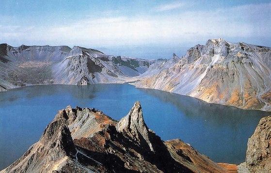 북한이 백두산 화산 분출 가능성을 두고 관련 학술발표회를 열었다고 조선중앙통신이 2일 보도했다. 백두산 천지. [중앙포토]