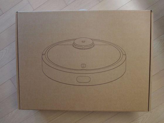 샤오미 미 로봇 포장 박스. 일본 가전 브랜드 '발뮤다'를 그대로 빼닮았다.