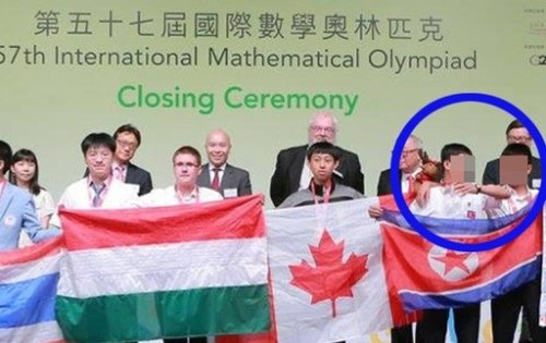 지난해 홍콩 과학기술대학에서 열린 국제수학올림피아드 폐막식에 참가한 북한 학생 대표단(파란 원). [사진 빙과일보]