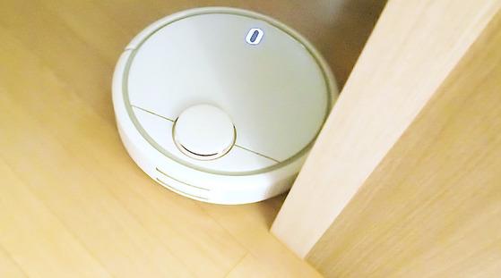 샤오미 미 로봇은 똑똑한 센서를 가지고 있다. 벽과 턱을 감지하며 요리조리 돌아다니는 모습이 제법 귀엽다.