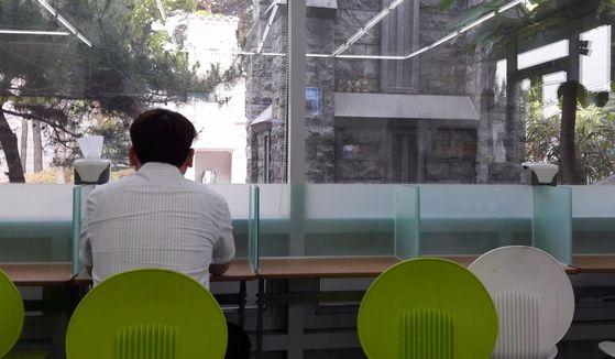 30대 직장인이 편의점에 마련된 1인 좌석에서 점심 식사를 하고 있다. 외식과 간편식을 즐기는 청년층 1인 가구는 영양 불균형으로 저체중·비만 등 건강 문제를 겪기 쉽다. [중앙포토]