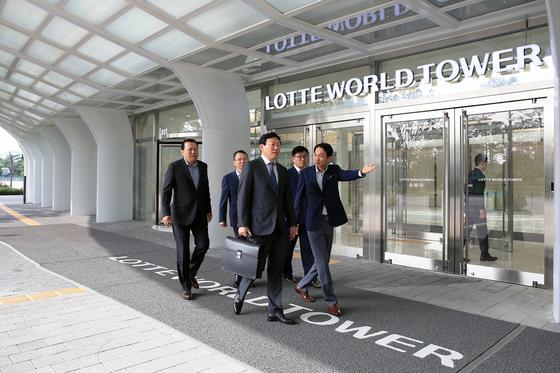 2일 신동빈 롯데그룹 회장(가운데)이 잠실 롯데월드타워 신사옥으로 출근하고 있다. [사진 롯데그룹]