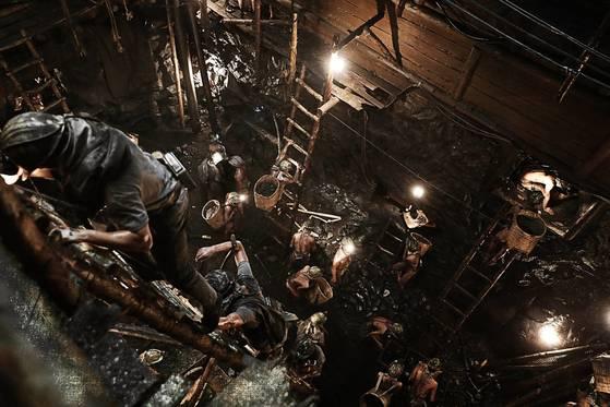 영화 '군함도'의 배경은 1945년 일본 미쓰비시 소유의 하시마 탄광이다. 조선에서 강제 징용된 노동자들이 지하 1000m 깊이의 열악한 환경에서 일하는 모습이 생생하게 펼쳐진다. [사진 CJ엔터테인먼트]
