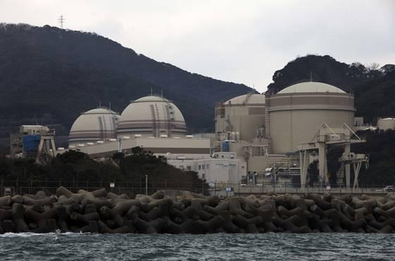 2011년 후쿠시마 원전 사고 이후 멈춰섰던 일본 국내 원전이 속속 재가동되고 있다. 간사이전력이 운영하는 후쿠이현 오이원전도 지난 2012년 재가동에 들어갔다. [사진 뉴욕타임스 캡처]