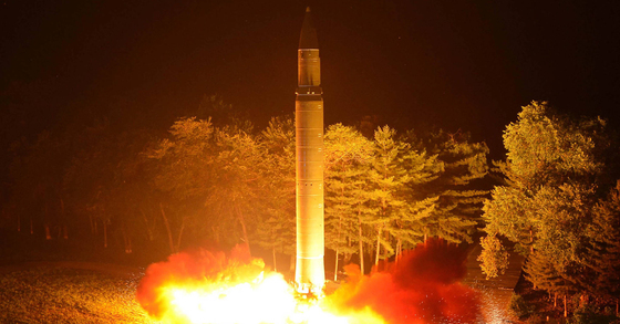 북한이 지난 28일 밤 김정은 노동당 위원장이 참관한 가운데 대륙간탄도미사일(ICBM)급 '화성-14'형 미사일 2차 시험발사를 하고 있다. [사진 조선중앙통신]