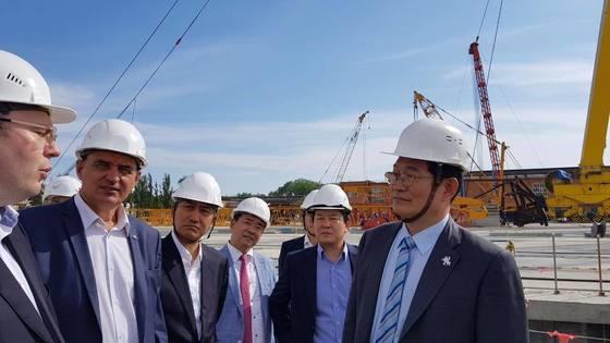송영길 의원은 1일 러시아 블라디보스톡을 방문해 러시아 최대 석유기업이 운영중인 즈다베다 조선소를 둘러봤다. [송영길 의원 페이스북]