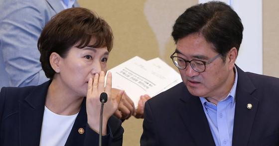 김현미 국토교통부 장관(왼쪽)과 우원식 민주당 원내대표. 조문규 기자