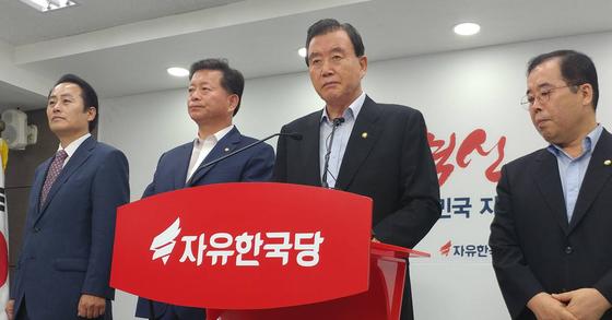 지난달 31일 혁신안을 발표하는 홍문표 사무총장. [연합뉴스]