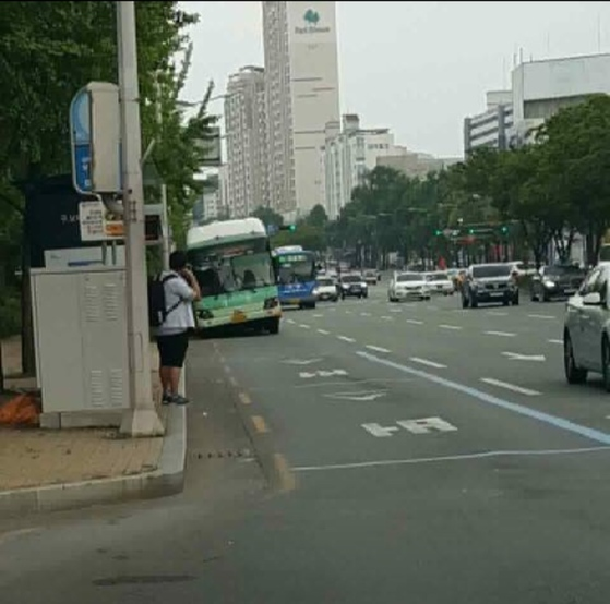 지난달 대구 수성구에서 시내버스의 재생타이어가 파열돼 멈춰서 있다. [사진 실시간대구]