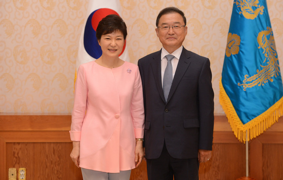 2013년 8월 8일 박근혜 대통령(왼쪽)이 최원영 신임 고용복지수석비서관에게 임명장을 수여한뒤 기념촬영을 하고 있다. [ 청와대사진기자단 ]