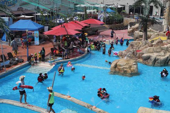 경기도 고양시의 한 야외수영장에서 시민들이 물놀이를 즐기며 더위를 식히고 있다. 물놀이 등으로 신체 노출이 늘어나는 여름철엔 제모에 대한 관심도 높아진다. [중앙포토]