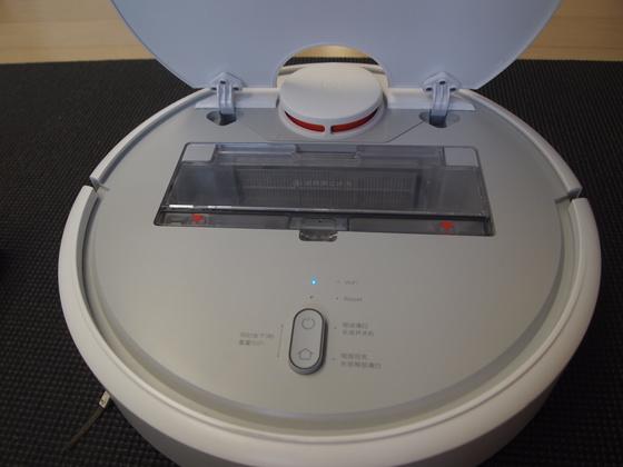 샤오미 미 로봇의 뚜껑 안쪽. 투명한 먼지통이 보인다. 먼지가 얼마나 찼는지 눈으로 보여 편리하다.